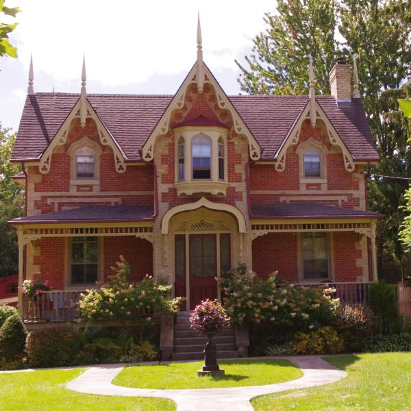 Lovely 1867 Heritage Home in Historic Neighbourhood surrounded by gardens and tree lineds streets. - Home Away from Home in Stratford, Ontario - Stratford - rentals