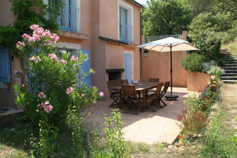 The terrace of the Romarin cottage - Gite du Romarin, Pet-Friendly 3 Bedroom  Cottage with a Hot Tub - Brignoles - rentals