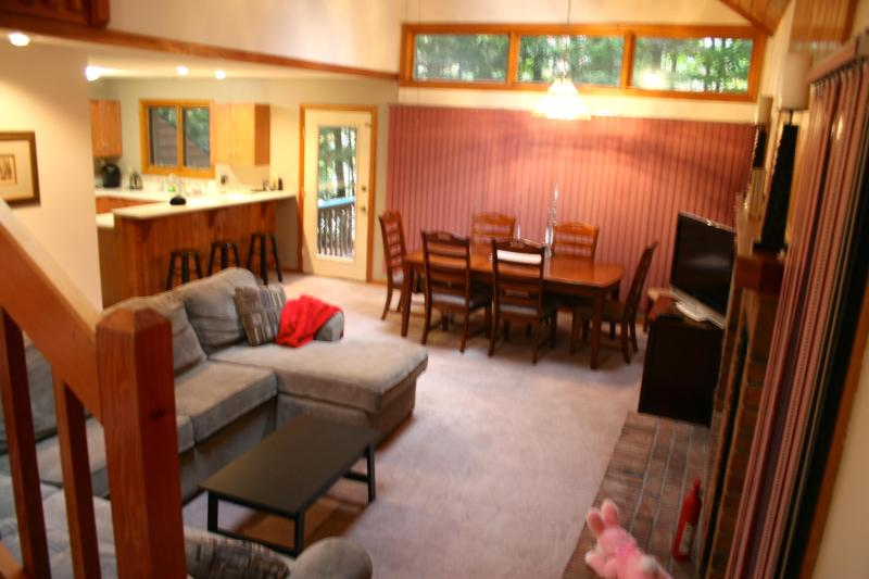 Open concept living, dining and kitchen - Deer Park - 5 minutes to Loon Mountain - North Woodstock - rentals