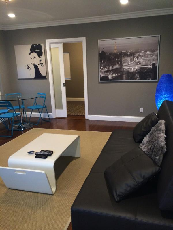 Living room with view to second bedroom - West HOLLYWD area-FAB-2 BDRMS+4 beds+WiFi+A/C+DECK - Los Angeles - rentals