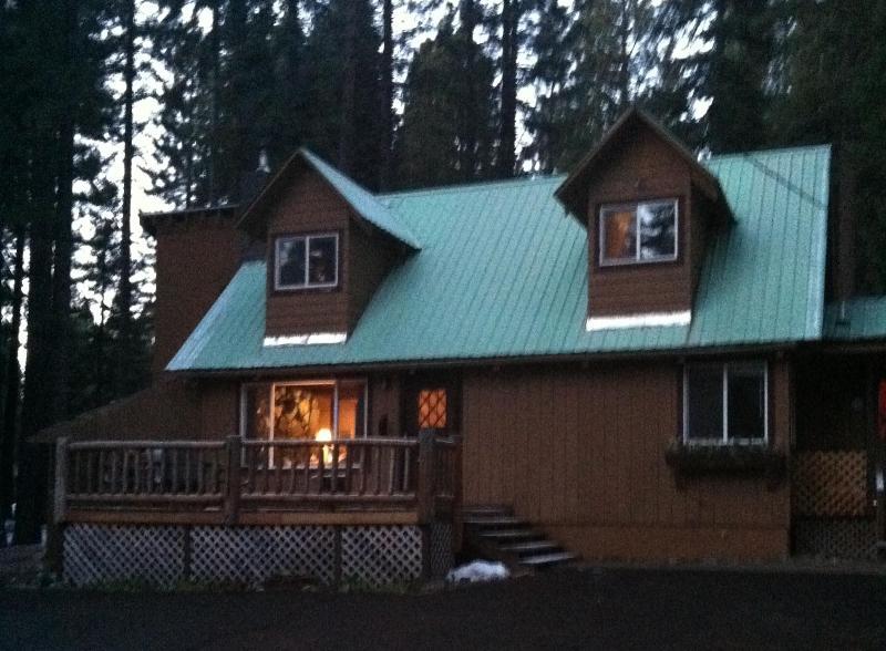 Great deck to enjoy the day - Lake Almanor View - Patriotic Cabin - Lake Almanor - rentals