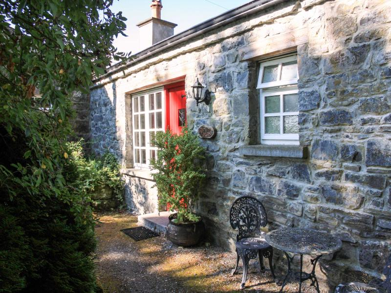 KNOX COTTAGE, single-storey, open fire, off road parking, lawned garden, in Lorrha near Portumna, Ref. 27084 - Image 1 - Portumna - rentals