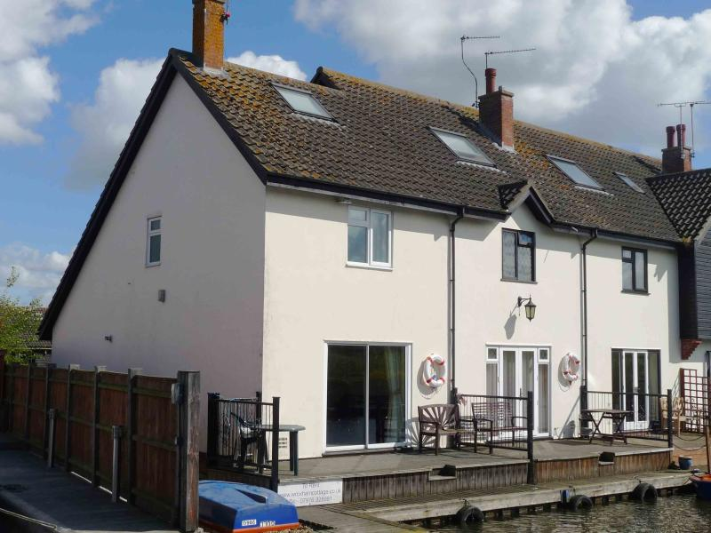 Kingfisher Lure Two bedroom holiday cottage in Wroxham, Norfolk - Image 1 - Wroxham - rentals