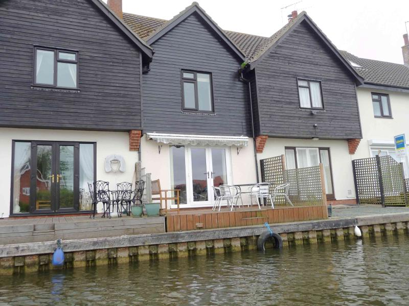 Swan Cottage Self catering three bedroom holiday cottage in Wroxham, Hoveton on the Norfolk Broads - Image 1 - Wroxham - rentals
