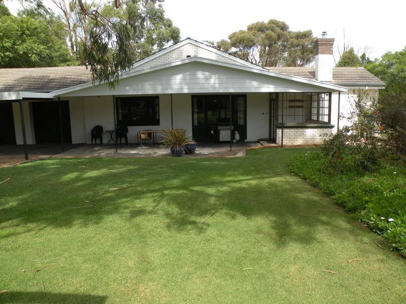 Pinkerton Hill back lawn and entrance - Pinkerton Hill - Naracoorte - rentals