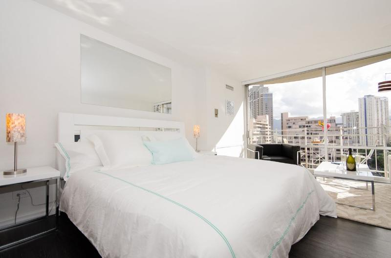 Confort and Lux: King bed, pillow top mattress - BELLARIA! A WAIKIKI Oceanfront Beauty... - Honolulu - rentals