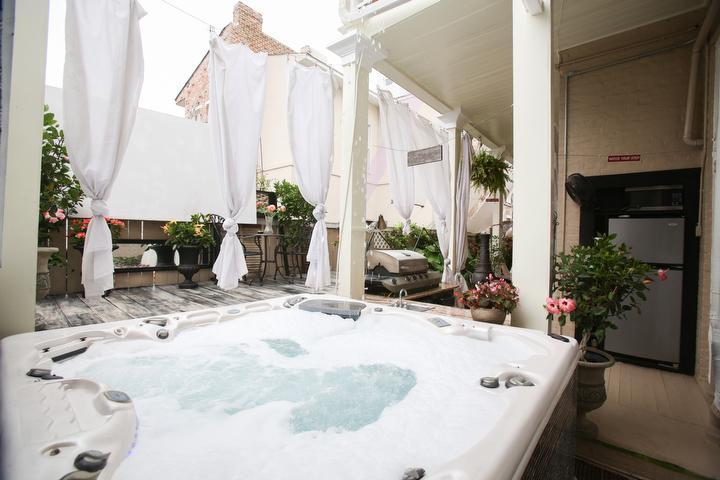 12 Person Luxury Jacuzzi Spa surrounded by an outside kitchen, sheers and a 5x7 projection screen. - Fleur De Lis Mansion - New Orleans - rentals
