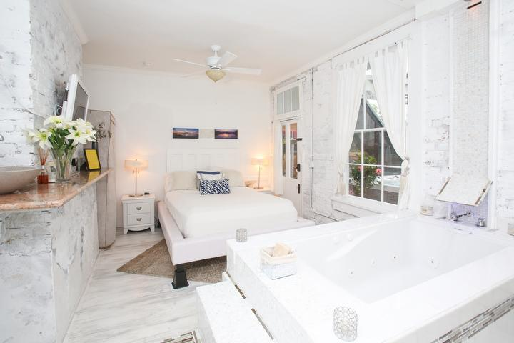 White Room open concept jacuzzi tub. No shower. - White Room - New Orleans - rentals