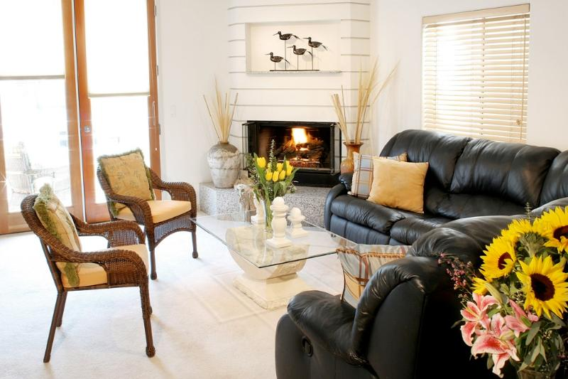 Living Room w Front Deck Access - Marina del Rey 3 Bedroom Beachhouse - Marina del Rey - rentals