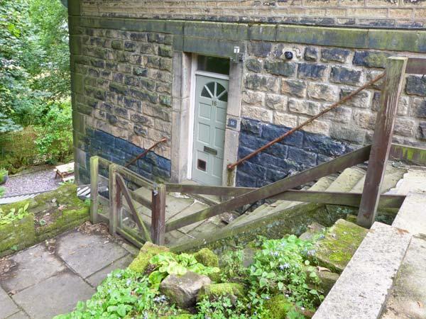 16 PROSPECT TERRACE romantic retreat, close to town's amenities in Hebden Bridge Ref 27867 - Image 1 - Hebden Bridge - rentals