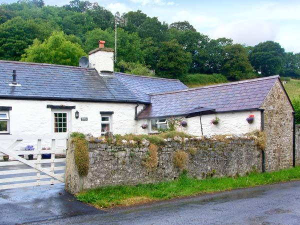 GORRIG BWTHYN, all ground floor, multi-fuel stove, off road parking, garden, in Llandysul, Ref 28055 - Image 1 - Ceredigion - rentals
