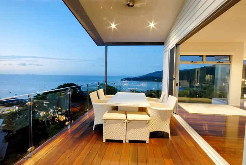 LOOKING OVER THE WHITSUNDAYS - HOLIDAY HOUSE AIRLIE BEACH WHITSUNDAYS AUSTRALIA - Airlie Beach - rentals