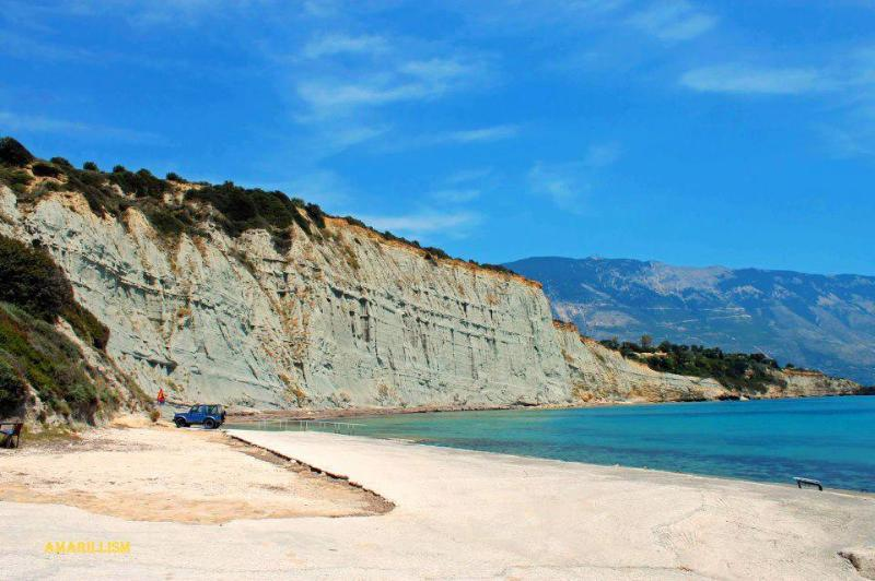 Hatzoklis cliff, consisting of grey clay, beside Klimatsias beach - Nerissa apartments No.4 - Poros - rentals