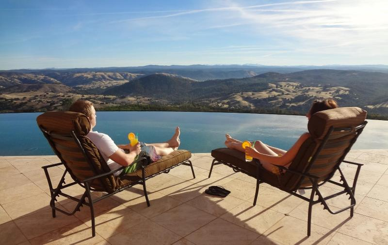 Lounge under the California sun while enjoying the breathtaking views of the Sierra Nevada Mountains - Casa Bella Verde Luxury Retreat - Pilot Hill - rentals