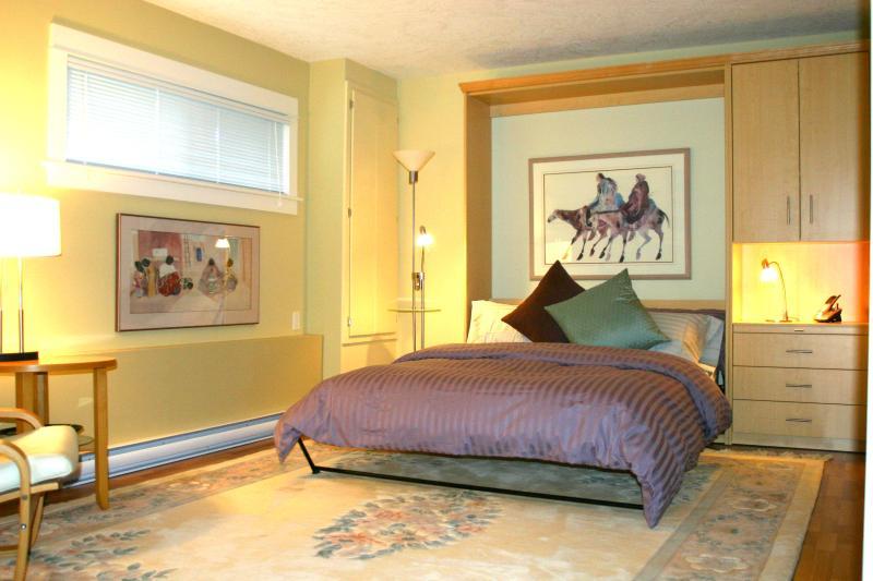Queen Murphy Bed - Spacious Studio Garden Suite - Victoria - rentals