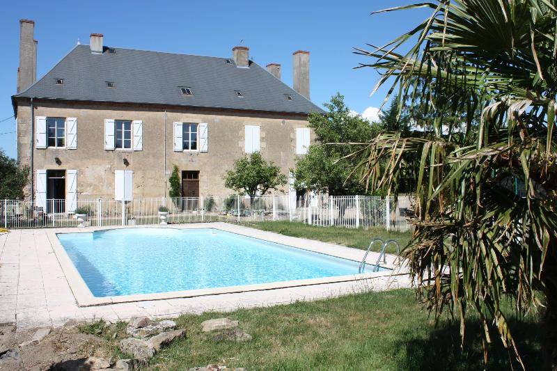 Back of the house with pool and garden - Self catering gîte DONJON in lovely, rural Burgundy with wine tasting and massage & beauty salon - Fours - rentals