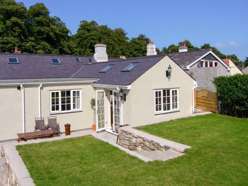 BRAMLEY COTTAGE, woodburner, cosy traditional cottage, close to the coast, castle and amenities, in Beaumaris, Ref. 24915 - Image 1 - Beaumaris - rentals