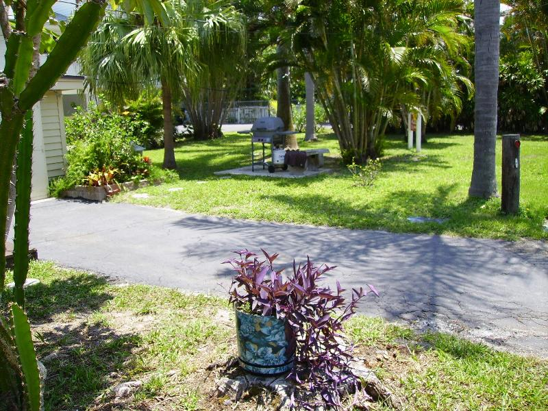 Backyard - Las Brisas, Cottage on bay side of Island. - Bradenton Beach - rentals