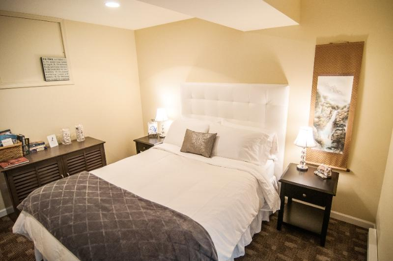 Bedroom - The White Room at Kye Bay B&B - Comox - rentals
