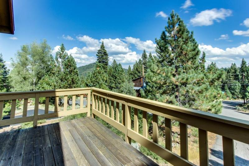 Convenient location, access to shared pool, hot tub, sauna - Image 1 - Truckee - rentals