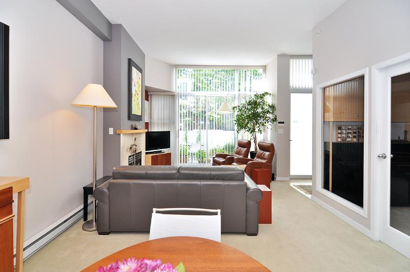 Living room - Downtown Vancouver 2 Bedroom Townhome Steps From the Seawall and Marina - Vancouver - rentals