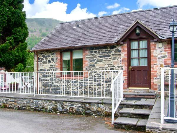 END COTTAGE, pet-friendly cottage with ground floor bedroom and bathroom, in Llantysilio, Ref. 26459 - Image 1 - Llangollen - rentals