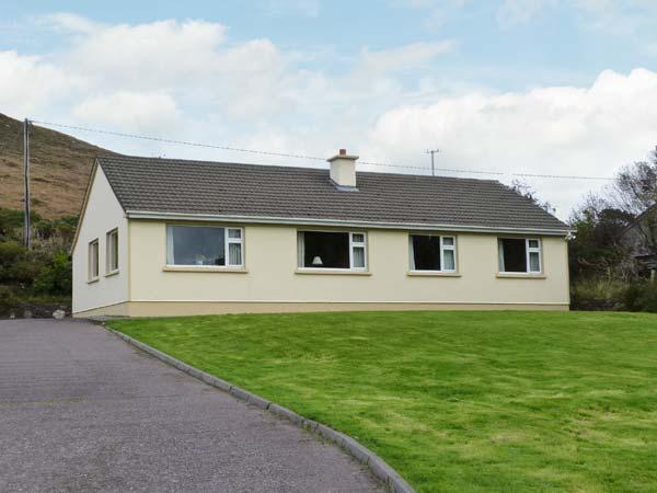 HEATHER GLEN, single-storey cottage, open fire, enclosed garden, pet-friendly, near Glenbeigh, Ref 27305 - Image 1 - Glenbeigh - rentals