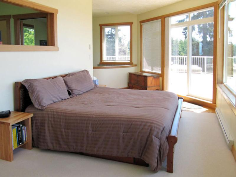 Main bedroom upstairs - Seaview Cottage - Sooke - rentals