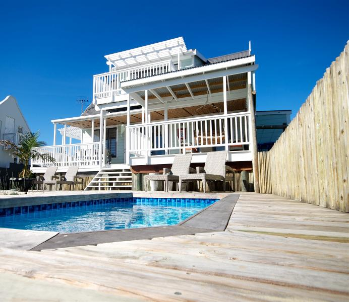 sparkling pool on a large wooden deck - La maison Verte, luxury self-catering house - Knysna - rentals