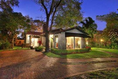 A vibrant and invitingly situated home - VILLA ON SUNSET -- convenient to Miami's best - Coconut Grove - rentals