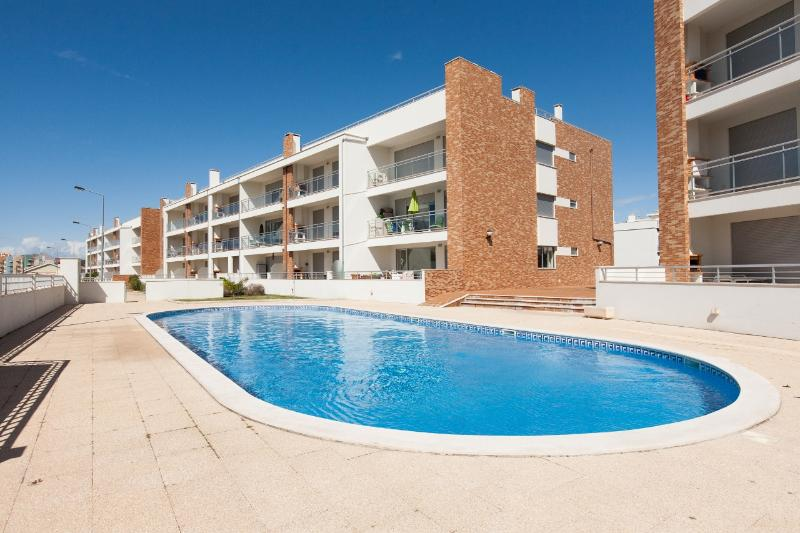 446671 - Spacious and Modern with Large Terrace and BBQ, walking distance to Beach - Sleeps 6 - Sao Martinho do Porto - Image 1 - Sao Martinho do Porto - rentals