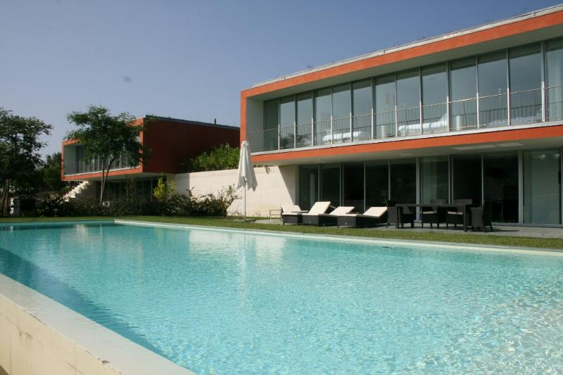 1051680 - Luxury Golf Villa with Infinity Pool, Garden and Free Wifi - Sleeps 8 - Bom Sucesso Golf Resort - Image 1 - Leiria District - rentals