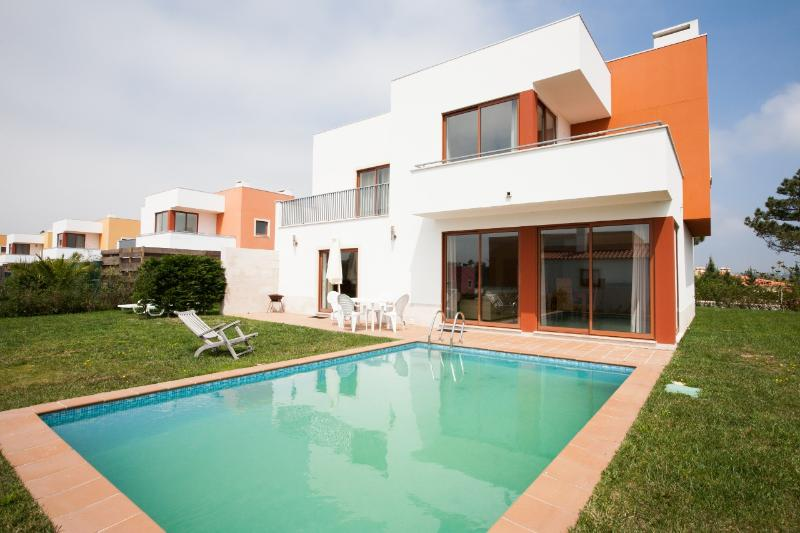 426721 - Lagoon View, Spacious Modern Villa with Private Pool close to Golf and Surf, Sleeps 6/8 - Obidos - Image 1 - Foz do Arelho - rentals