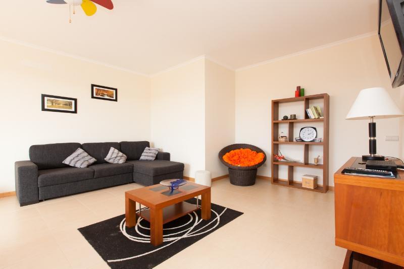 446682 - Modern spacious apartment with Pool and Satelite TV - Sleeps 6 - Sao Martinho do Porto - Image 1 - Alcobaca - rentals