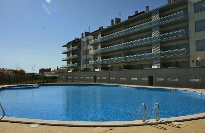 1001913 - Modern apartment with large Pool and Childrens play area, 5 minutues walk to Beach - Sleeps 4 - Sao Martinho do Porto - Image 1 - Sao Martinho do Porto - rentals