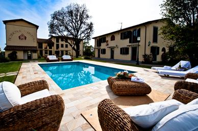 Outside inside court - 2 Bedroom Apartment in Tuscany at Residence Prunali - Bibbona - rentals