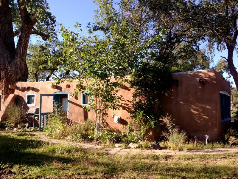 Oasis in the desert, afternoon shadows. - North Valley Albuquerque Casita - Albuquerque - rentals