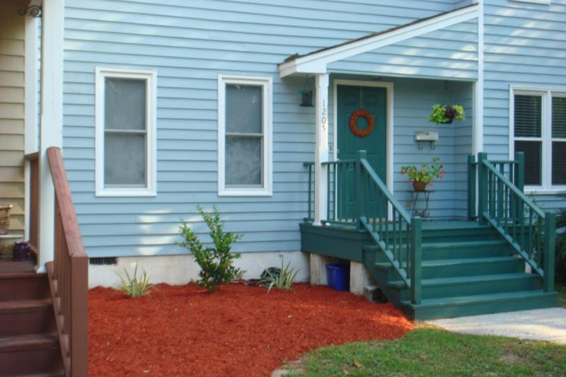 Front of Townhouse facing King Street - Charming Townhouse in Historic Downtown Beaufort: - Beaufort - rentals