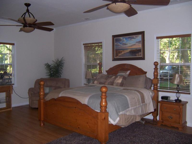 huge comfy master bedroom - Coastal Cottage Off the Beaten Path The Chum Shack - Darien - rentals