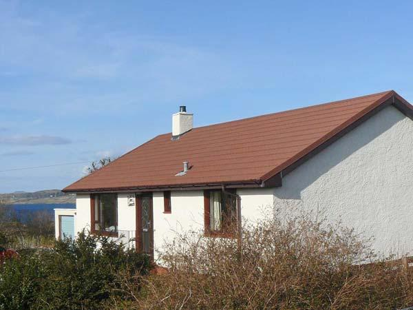 CNOC GRIANACH, detached cottage, whirlpool bath, enclosed gardens, pet-friendly, next to loch, in Skeabost Bridge, near Portree, Ref 20748 - Image 1 - Portree - rentals
