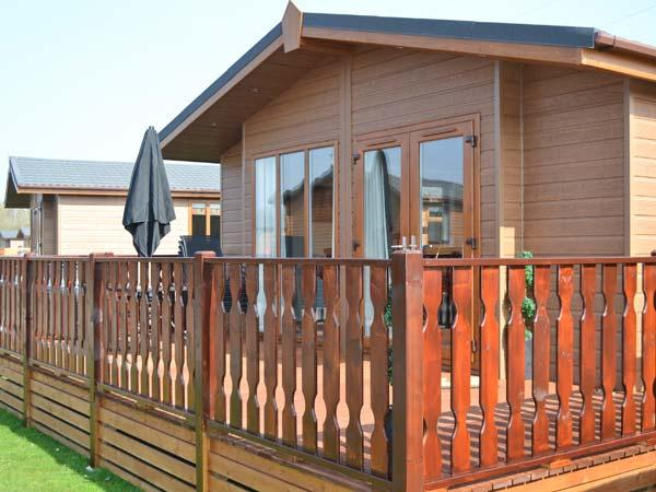 68 GRESSINGHAM, ground floor log cabin, en-suite bedroom, on-site facilities, in South Lakes Leisure Village, Ref. 22576 - Image 1 - South Lakeland Leisure Village - rentals