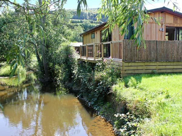 WILLOW RIVER LODGE, woodburner, WiFi, charming riverside lodge near Clun, Ref. 28858 - Image 1 - Clun - rentals