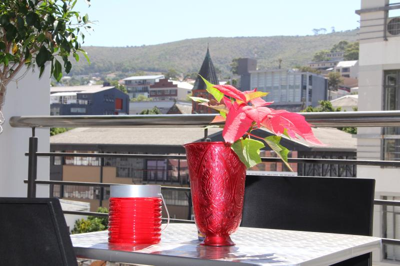 Enjoy a drink or meal on the balcony - Modern luxury 2 bed apartment in city centre - Cape Town - rentals