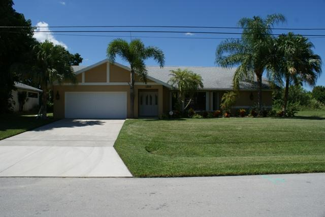 Villa Bella Vista Front - Beautiful 3 Bedroom Pool Home on Canal with Lake Access - Cape Coral - rentals