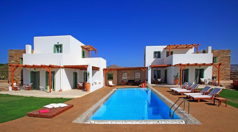 There are pool towels and sun beds by the pool - On The Rocks Luxury Villa - Ios - rentals