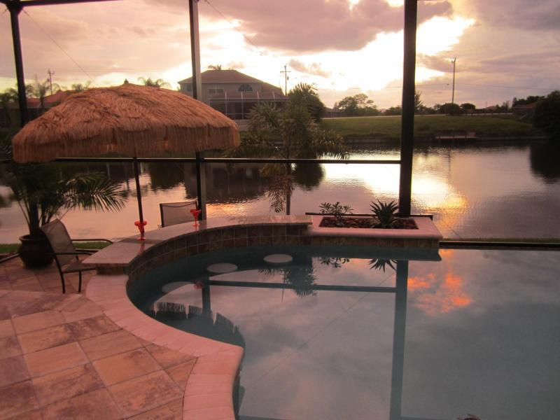 Infinity Pool, Saltwater Pool Swim Up Bar at Sunset! - Villa Cinderella -  Infinity Edge Swim Up Pool Bar - Cape Coral - rentals