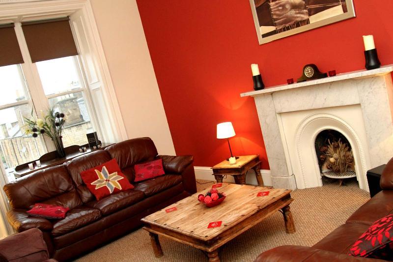 Spacious Tastefully Decorated Living Room With Original Historic Features - Luxury Apartment in Central Edinburgh - Edinburgh - rentals