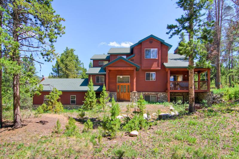 Enjoy gentle mountain breezes and easy access to outdoor activities in this luxurious 3 level home. - Large, spacious pet friendly home with outdoor hot tub, two minute drive to downtown(Hot tub, Pet Friendly, shuttle on demand 2014/15 season) - Antlers Ridge Lodge - Breckenridge - rentals
