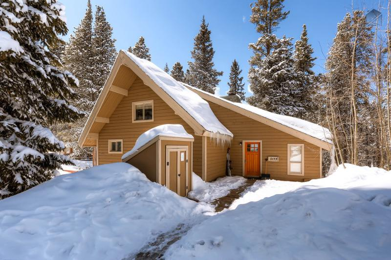 Surrounded by giant trees, Barton Creek Lodge may feel secluded, but it's actually located right on Peak 7 with quick access to skiing. - Cozy cabin with hot tub and free shuttle to the slopes (pet friendly, shuttle on demand 2014/15 season) - Barton Creek Lodge - Breckenridge - rentals
