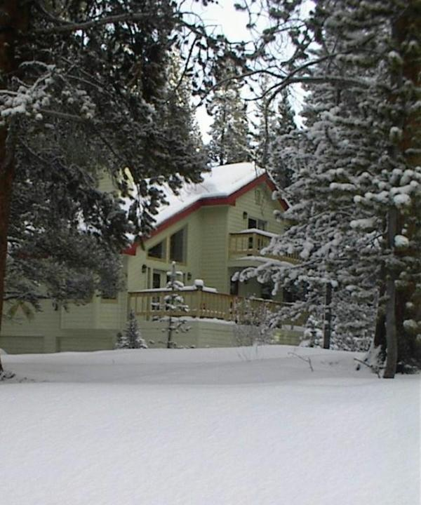 Great yard for sled runs. On a cul de sac for privacy.New paint in 2013. - Moose Meadows Lodge in Breckenridge - Breckenridge - rentals